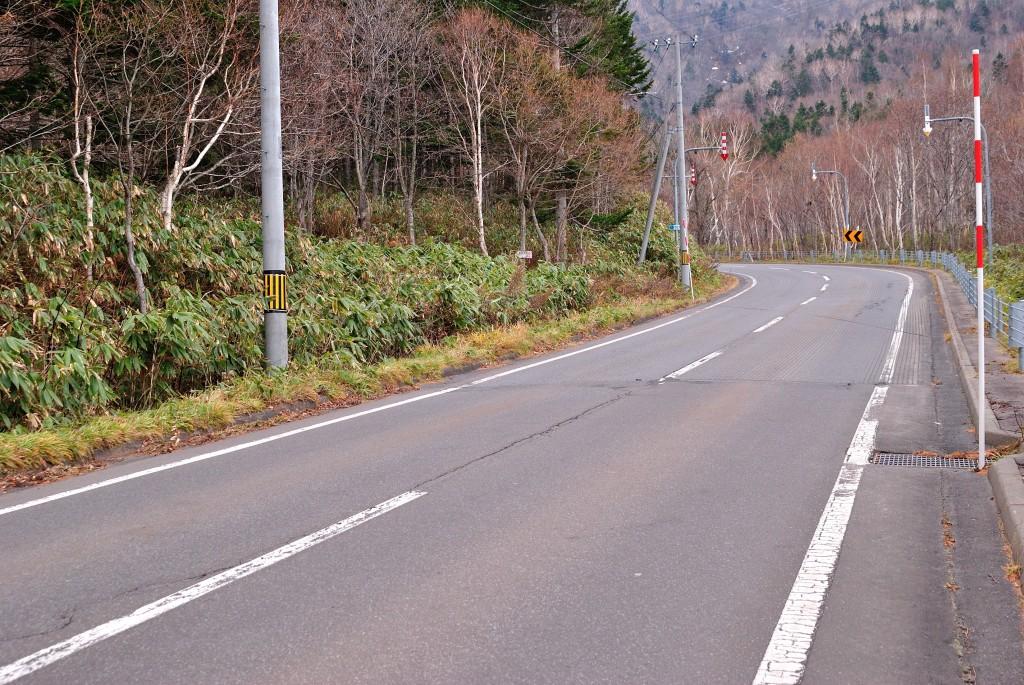 道道1号 魚留の滝元バス停付近